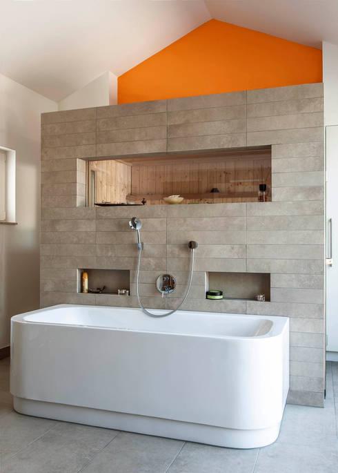 Gartenvilla Bergisch-Gladbach: moderne Badezimmer von Bachmann Badie Architekten