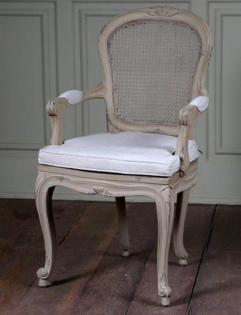 Colección II  Chair and sofa: Dormitorios de estilo colonial de The best houses