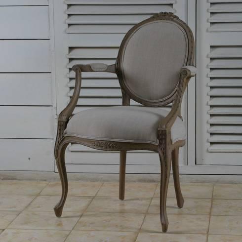 Colección II  Chair and sofa: Dormitorios de estilo clásico de The best houses