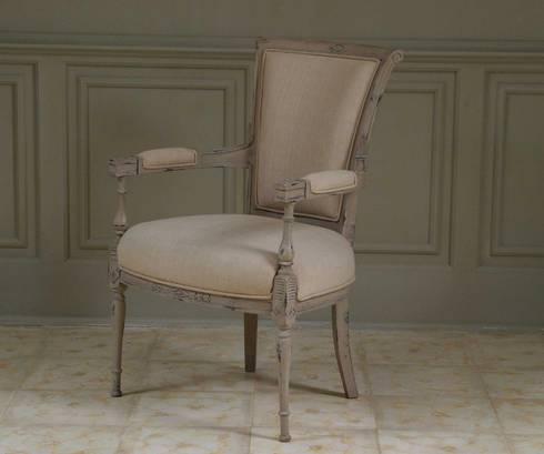 Colección II  Chair and sofa: Salones de estilo clásico de The best houses
