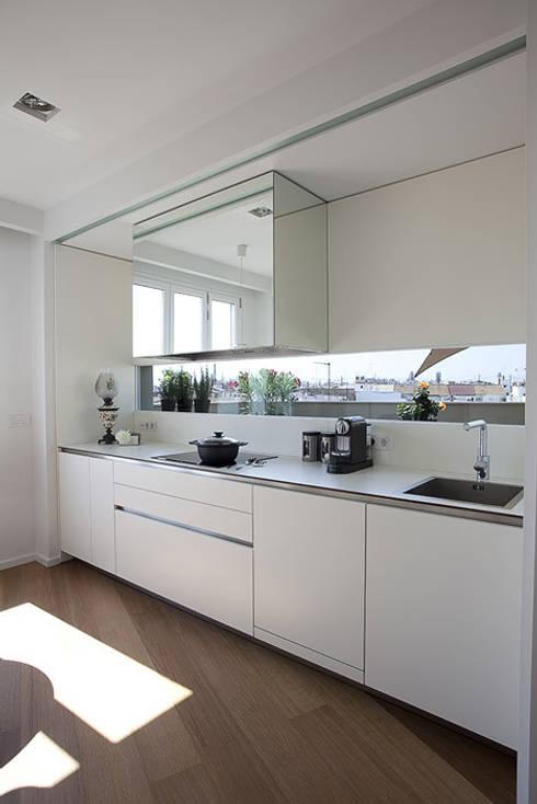 Cucina in stile in stile Moderno di Laura Yerpes Estudio de Interiorismo