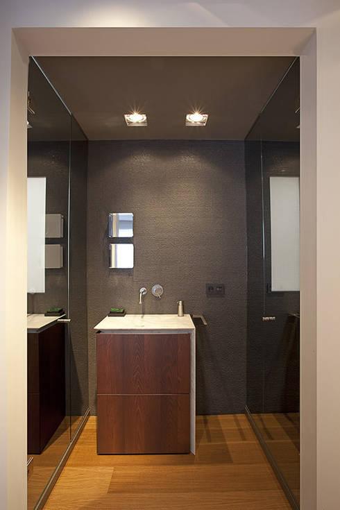 Bagno in stile in stile Moderno di Laura Yerpes Estudio de Interiorismo