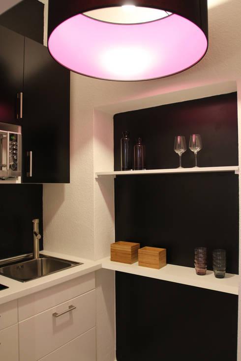 Apartment L02: moderne Wohnzimmer von Holzer & Friedrich GbR