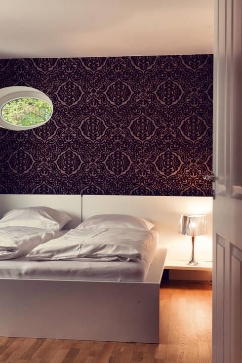 Seehaus: moderne Schlafzimmer von Heike Gebhard Wohnen