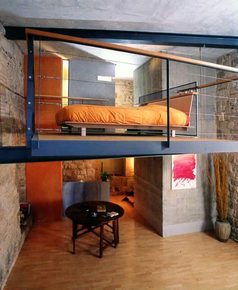 Hanging House: Camera da letto in stile in stile Industriale di Fabio Barilari Architetti