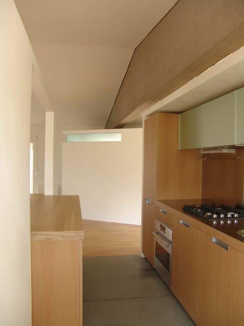 Mansarda Di Paolo: Cucina in stile  di melaragni+campagna archimmagine studio