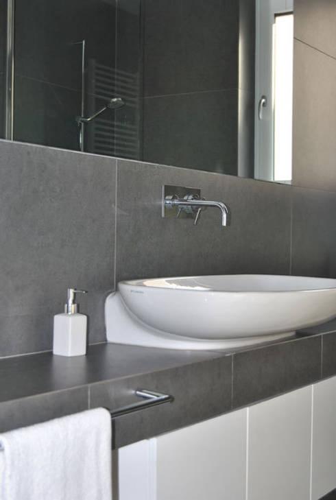 Appartamento Lecce: Bagno in stile in stile Moderno di sebastiano canzano architetto