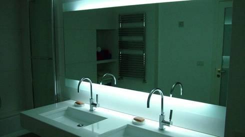 Bari, Via Imbriani 2: Bagno in stile in stile Moderno di sebastiano canzano architetto