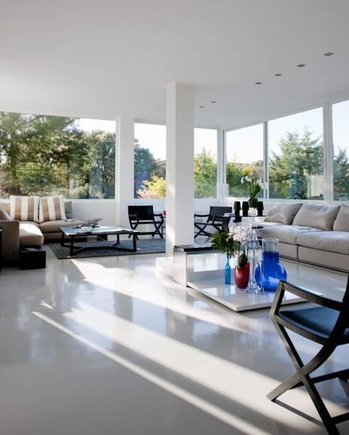 Salón - The White House La moraleja: Salones de estilo moderno de Bernadó Luxury Houses