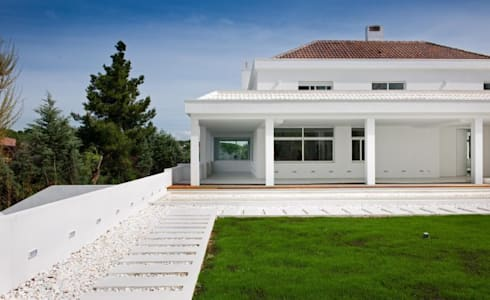 THE WHITE HOUSE LA MORALEJA: Casas de estilo moderno de Bernadó Luxury Houses