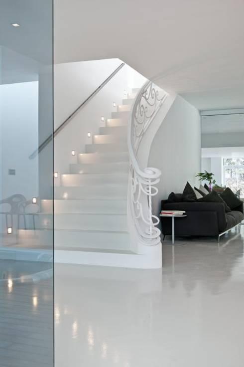 Escaleras - The White Houses: Pasillos y vestíbulos de estilo  de Bernadó Luxury Houses