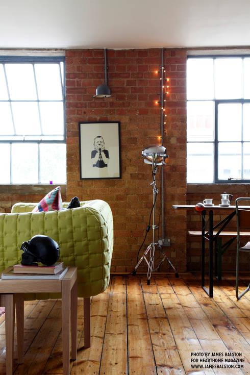 Cassidy Hughes Interior Design: endüstriyel tarz tarz Oturma Odası