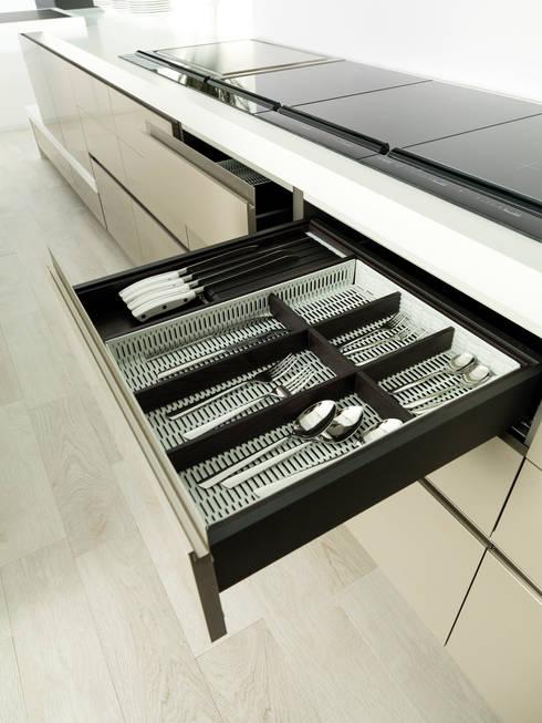 E3.60 jaspe marron glass / E3.00 negro ghost: Cocina de estilo  de GAMA-DECOR S.A.
