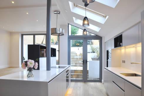 Kitchen in new extension: modern Kitchen by Studio TO