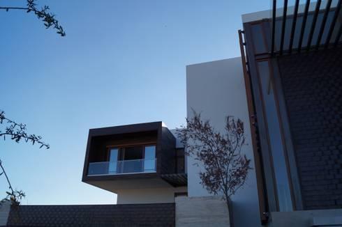 Frente casa: Terrazas de estilo  por Metrik Studio