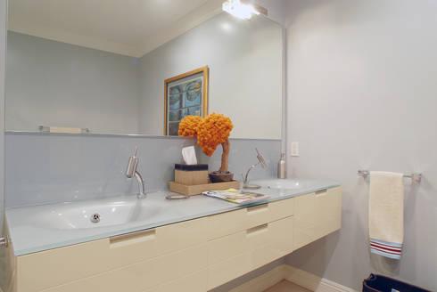 Palma de Malljorca (Home): modern Bathroom by Lewis & Co