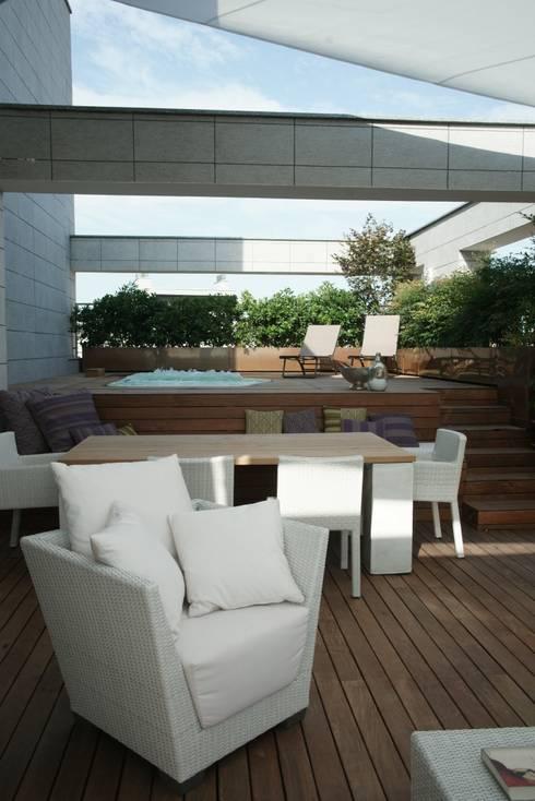 Home in Milano: Balcone, Veranda & Terrazzo in stile  di architetto
