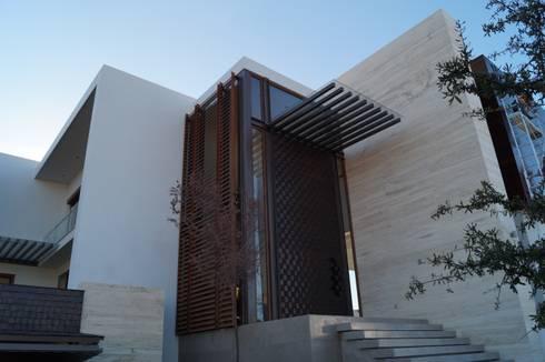Ingreso: Casas de estilo moderno por Metrik Studio