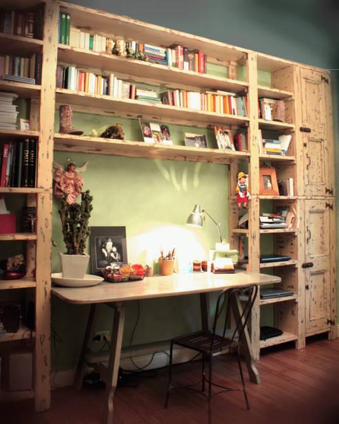 Libreria ChiaroScuro: Soggiorno in stile in stile Rustico di Reverse