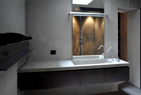 Flat Renovation: Bagno in stile in stile Moderno di Studio di Architettura Rosso19