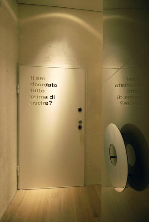 Casa Micheli: Ingresso & Corridoio in stile  di Simone Micheli Architectural Hero