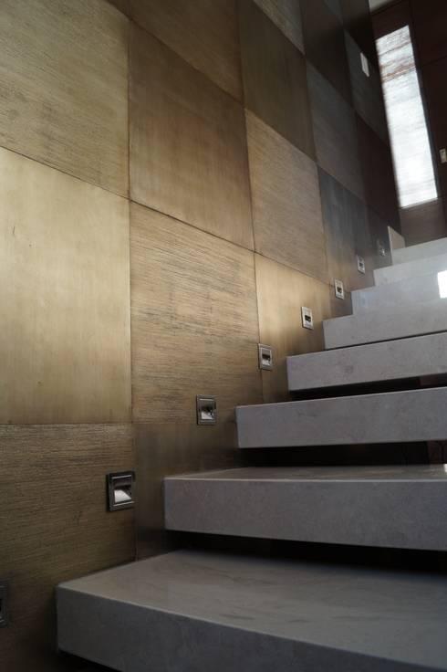 Escalera interior: Pasillos y recibidores de estilo  por Metrik Studio