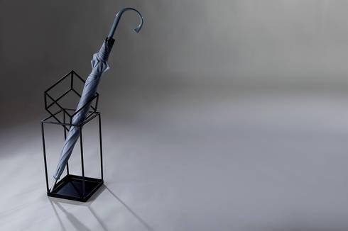 Who are you: Soggiorno in stile in stile Scandinavo di Officina Art&Craft