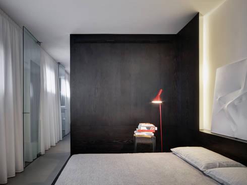 Casa Nervi: Camera da letto in stile  di Buratti + Battiston Architects
