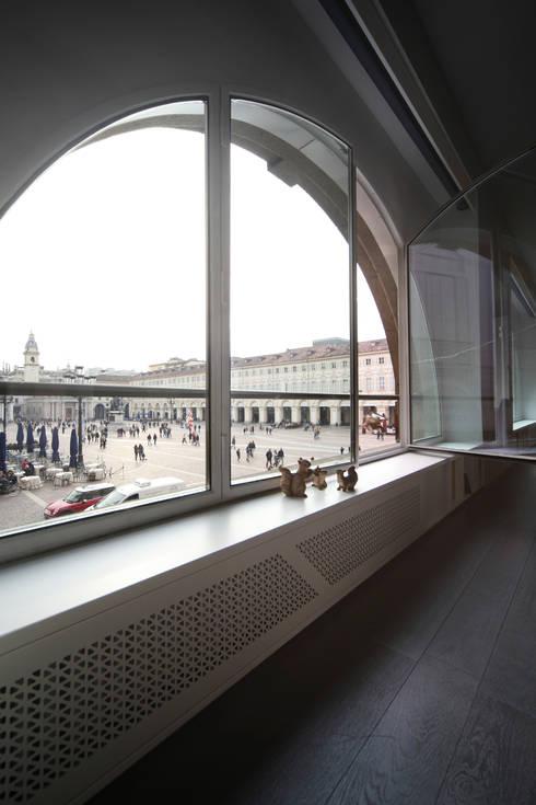 Uno Sguardo (In)discreto : Finestre & Porte in stile  di Marcante-Testa
