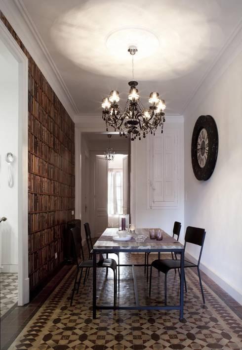 PISO MODERNISTA EN PLENO CENTRO DE BARCELONA : Comedores de estilo clásico de Home Deco Decoración