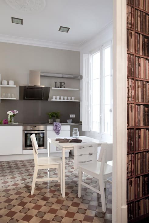 PISO MODERNISTA EN PLENO CENTRO DE BARCELONA : Cocinas de estilo escandinavo de Home Deco Decoración