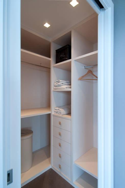 Spogliatoio in stile  di Blank Interiors