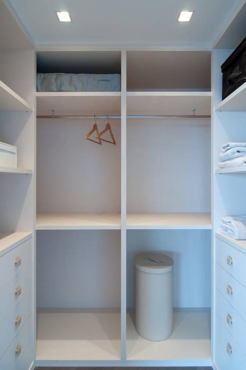Loft frente al mar: Vestidores de estilo  de Blank Interiors