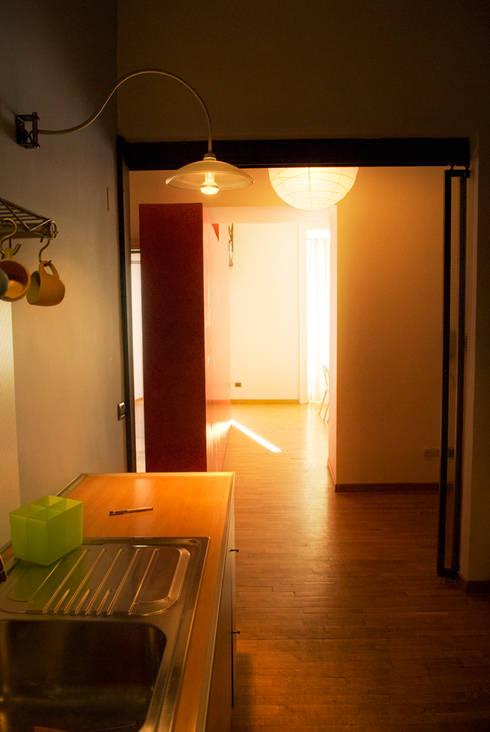 Fotografie di un appartamento privato in Roma: Cucina in stile in stile Moderno di LuVi ph