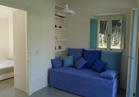STAZZU RURAL HOUSES  Living room: Soggiorno in stile In stile Country di FTA Filippo Taidelli Architetto