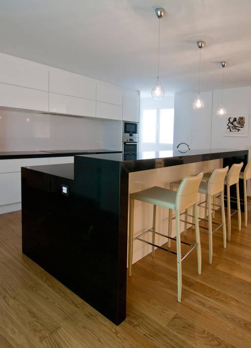 Piso 160 m2: Cocinas de estilo  de AZ Diseño