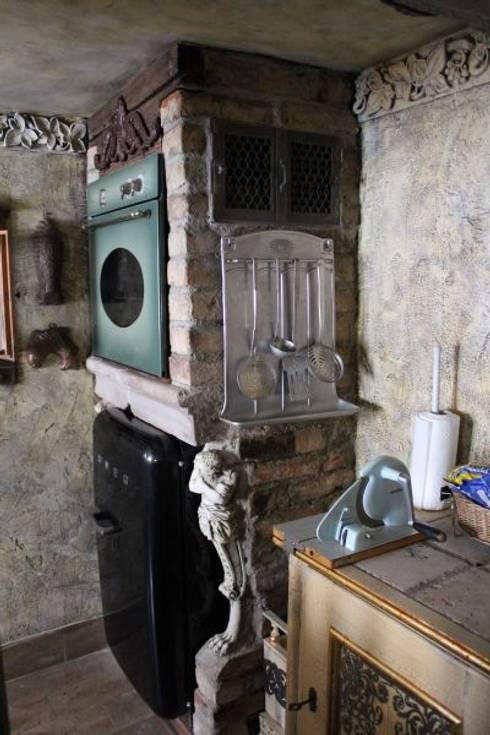 Küche mit altem Flair: ausgefallene Küche von art & grafik