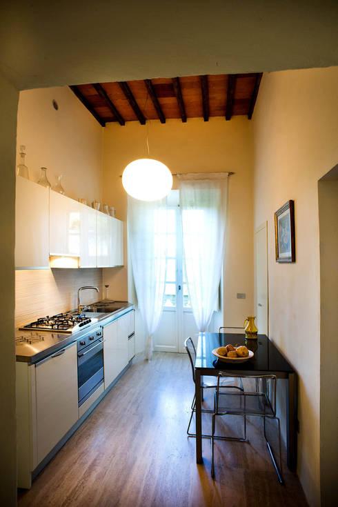 Cucina: Cucina in stile in stile Moderno di OPERASTUDIO