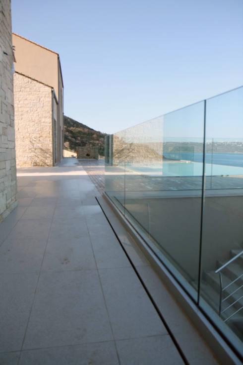 Villa K: Piscina in stile in stile Moderno di kuluridis