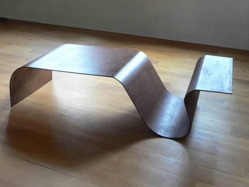 Mesa Ola: Salones de estilo moderno de Ines Benavides