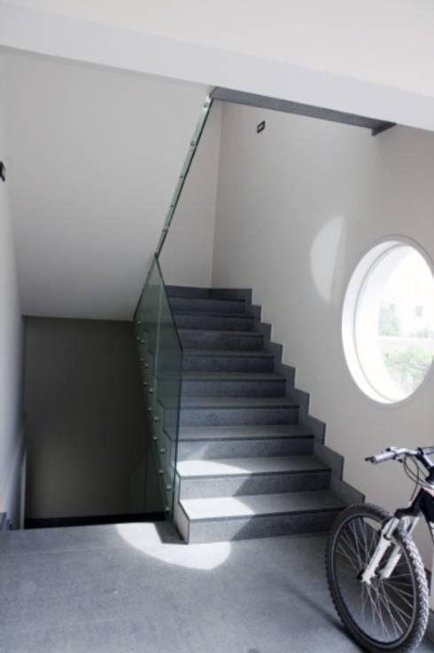 Residence Aris 42: Ingresso & Corridoio in stile  di kuluridis