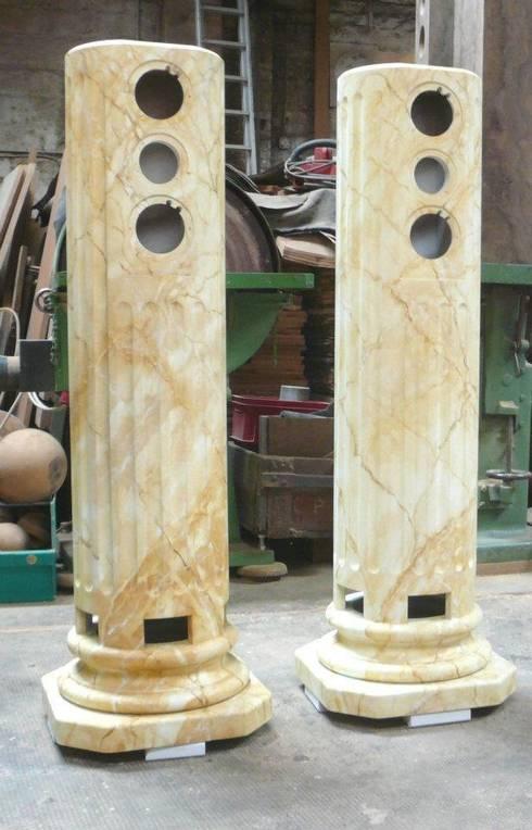 Lautsprechergehäuse in Estremoz Creme marmoriert: klassischer Flur, Diele & Treppenhaus von Illusionen mit Farbe