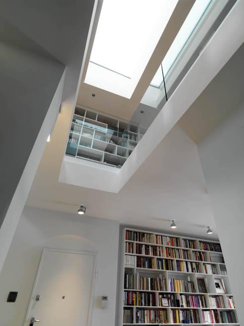 Ingresso: Ingresso & Corridoio in stile  di enzoferrara architetti