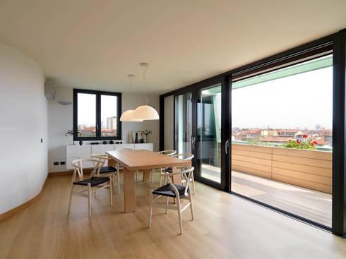 Sala: Sala da pranzo in stile in stile Moderno di enzoferrara architetti