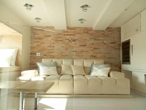 Shiny House: Soggiorno in stile  di ADLsolutions