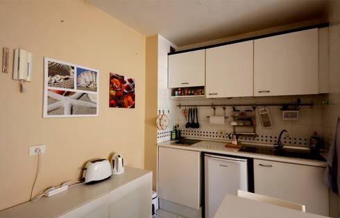 La cucina, non priva di qualche tocco di colore...: Cucina in stile in stile Moderno di Coffee Architects