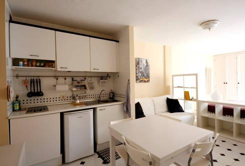...è essenziale, ma completa.: Cucina in stile in stile Moderno di Coffee Architects