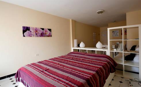 Uno spazio intimo e aperto insieme.: Camera da letto in stile in stile Moderno di Coffee Architects