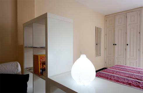 La quinta tra zona giorno e zona notte.: Soggiorno in stile in stile Moderno di Coffee Architects