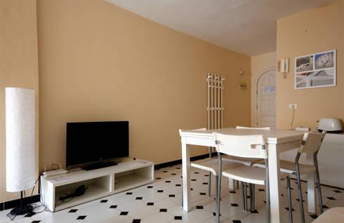 Appartamento <q>Patio Blanco</q> a Fuerteventura (ES): Soggiorno in stile in stile Moderno di Coffee Architects